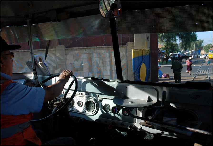 Powoli otwierają się stacyjne wrota i pociąg osobowy do Aiquile wyrusza w swoją ośmiogodzinną trasę (do pokonania około 200 km). W tym regionie świata wszystkie stacje oddzielone są od szlaku masywną bramą, którą specjalne służby otwierają dopiero, gdy pociąg jest gotów do odjazdu