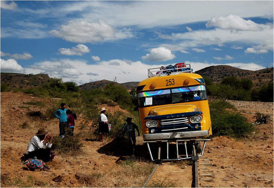 """Droga oddala się znacznie od torów, w związku z tym """"pociąg"""" jest jedynym mechanicznym sposobem dojazdu do nielicznych chałupek położonych na pustyni i w górach. Nie ma żadnych stacji, ludzie wsiadają i wysiadają gdzie im wygodnie, a dla mnie - miłośnika - to raj. W końcu zanim ściągnie się bagaże z dachu, albo poczeka na kolejną pasażerkę na zasadzie """"panie maszynisto, dwie minutki, mama już wychodzi z domu"""", ja zdążę odbiec na kilkanaście metrów, szybciutko zrobić zdjęcie, po czym wrócić na swoje miejsce"""