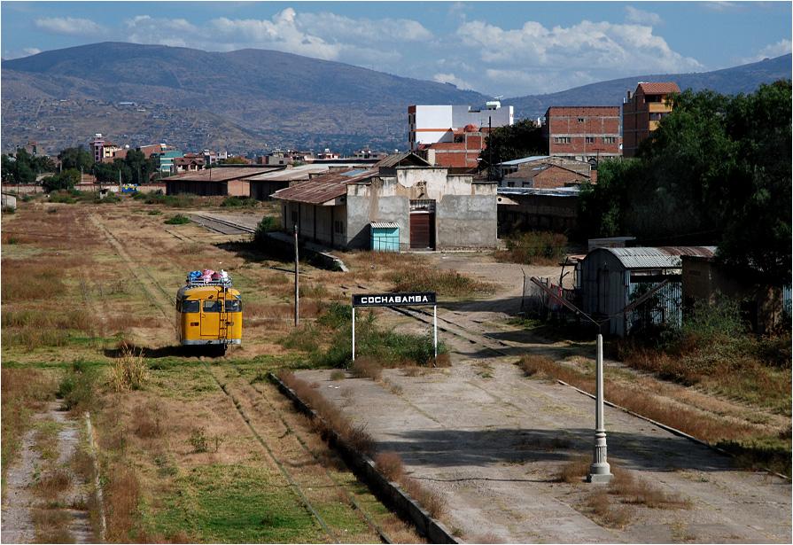 Przyda się rzut oka na zaniedbaną stację w Cochabambie. Autobus szynowy do Aiquile jest jedynym pociągiem, jaki odwiedza to miejsce. Zdjęcie robione z dachu stacji, na który bez problemu można się wdrapać.