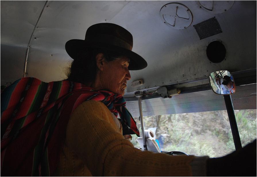 Pasażerka w tradycyjnym meloniku szykuje się do wyjścia zupełnie pośrodku gór