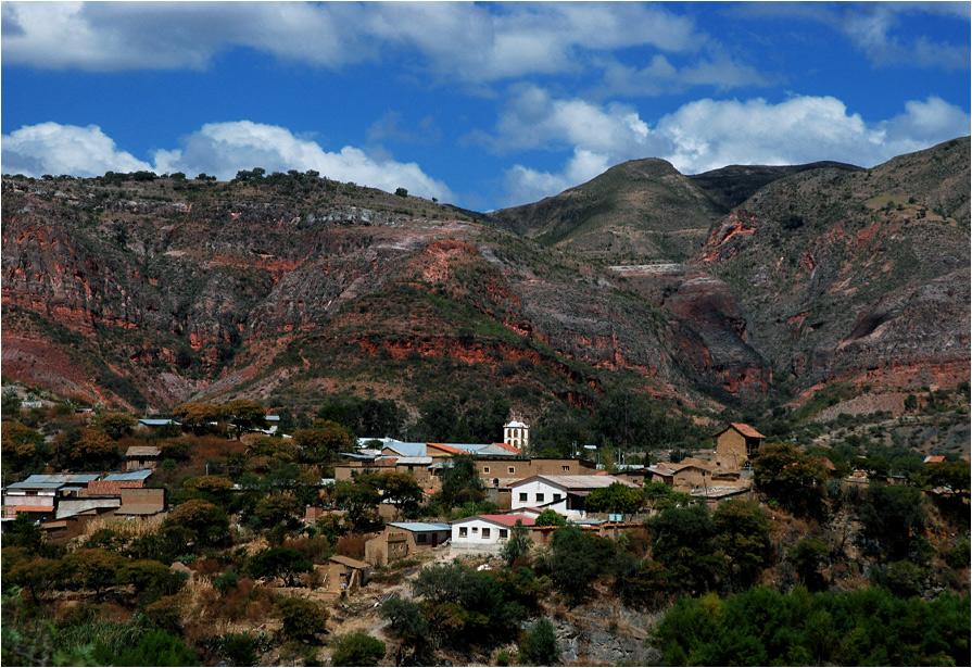 A tak wygląda sama miejscowość - mała wioska położona pod fantastycznymi czerwonymi skałami. Latające wokół sępy robią nienajlepsze wrażenie