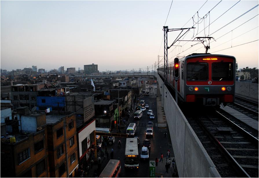 Pociąg limskiego metra opuszcza stację początkową - Miguel Grau