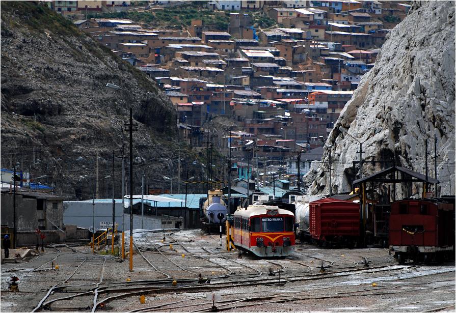 La Oroya. Przyszły wagon metra odpoczywa na bocznicy