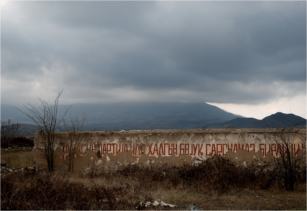 Azerbejdżański napis przypomina dawnych mieszkańców miasta