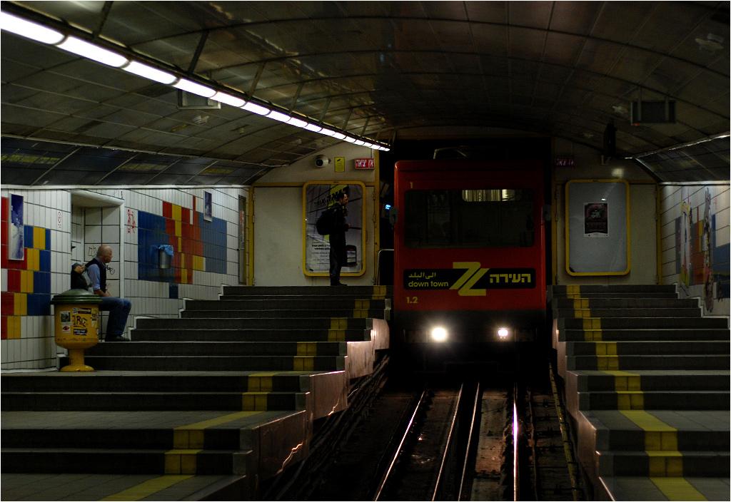 Hajfa, wagon Karmelitu wjeżdża na stację Kikar Paris (Plac Paryski)