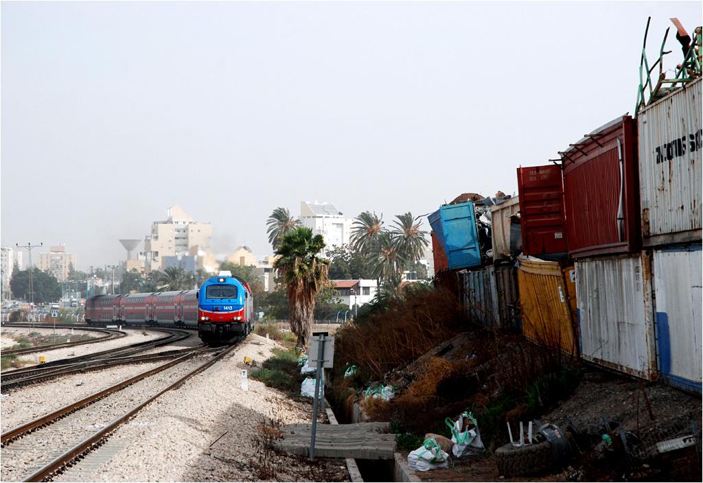 Lod, Vossloh #1413 z pociągiem do Aszkelonu przejeżdża obok arabskiego wysypiska śmieci