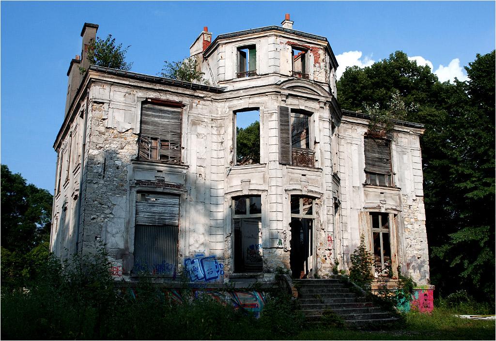 Dziewiętnastowieczny pałacyk w Goussainville, opuszczony razem z całą wsią