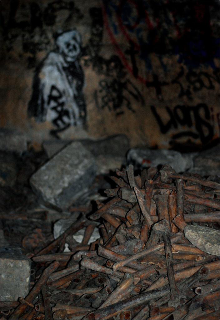 Stos kości w jednej z bocznych sal