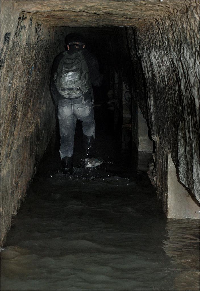 Noé biegnie przez zalany korytarz