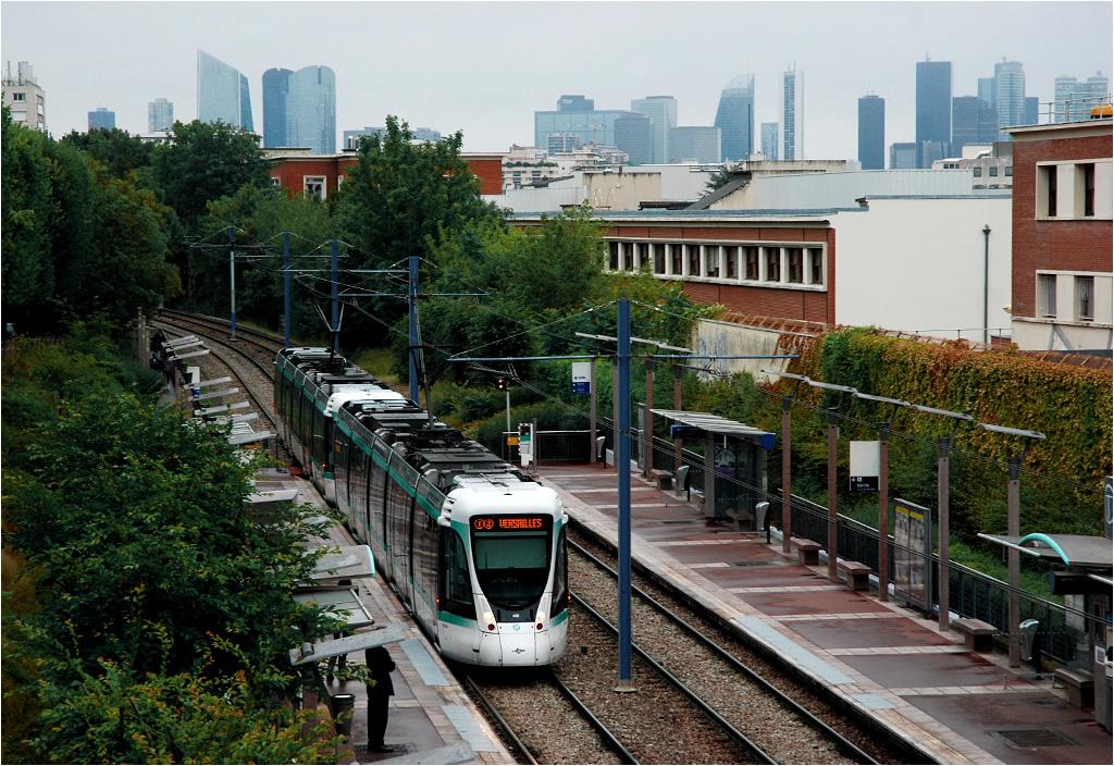 Paryż, Saint-Cloud, przystanek Les Coteaux. Tramwaj linii T2 jedzie śladem dawnej linii kolejowej. W tle biznesowa dzielnica Paryża, La Défense.