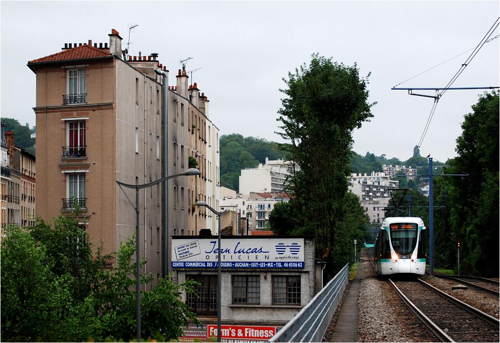 Paryż, tramwaj linii T2 dojeżdża do przystanku Les Molineaux.