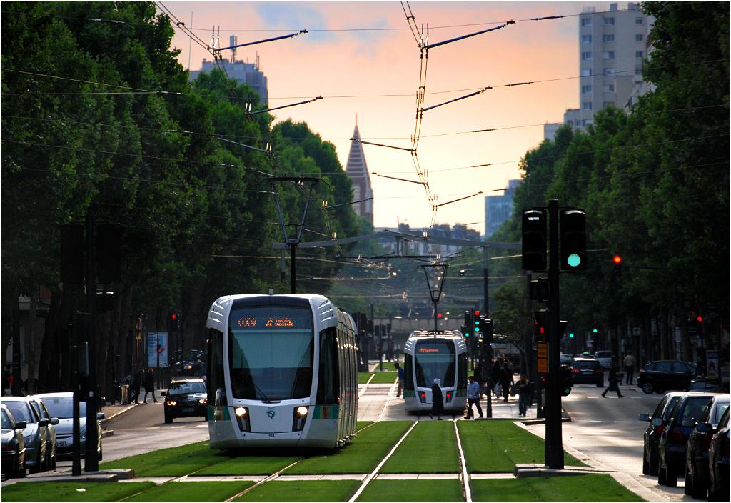 Paryż, Boulevard Brune. Citadisy na linii T3a złapane wieczorem w okolicach przystanku Didot.
