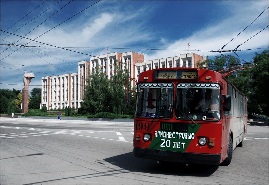 """Tyraspol, stolica republiki - trolejbus pomalowany w barwy państwowe orz napis """"Naddniestrze ma 20 lat"""" zawraca na placu przed pałacem prezydenckim. W tle widoczny pomnik Lenina"""