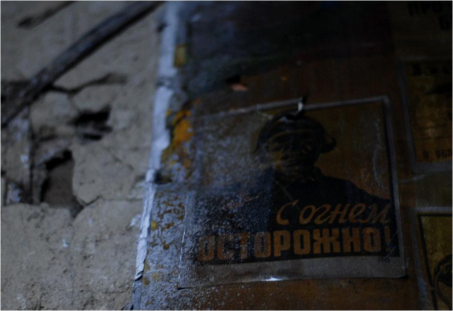 """""""Ostrożnie z ogniem"""" - przewrotnie głosi nadpalona tabliczka w jednej z rosyjskich opuszczonych wsi"""