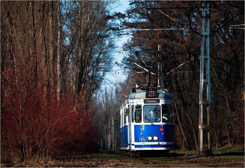 Kraków, ulica Ujastek Mogilski. Tramwaj linii 21 dojeżdża do Kopca Wandy.