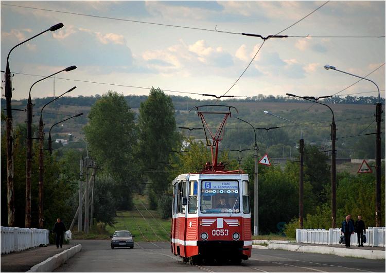 Kramatorski tramwaj numer między przystankami KZMK i EMSS. W kabinie wisi nowoczesna instalacja nie pozwalająca na wykrycie tramwaju przez radary
