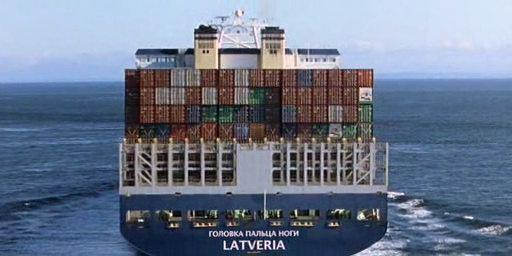 """Końcowa scena """"Fantastycznej czwórki"""". Na odpływającym statku widnieje napis """"GŁÓWKA PALCA U NOGI / LATVERIA"""""""