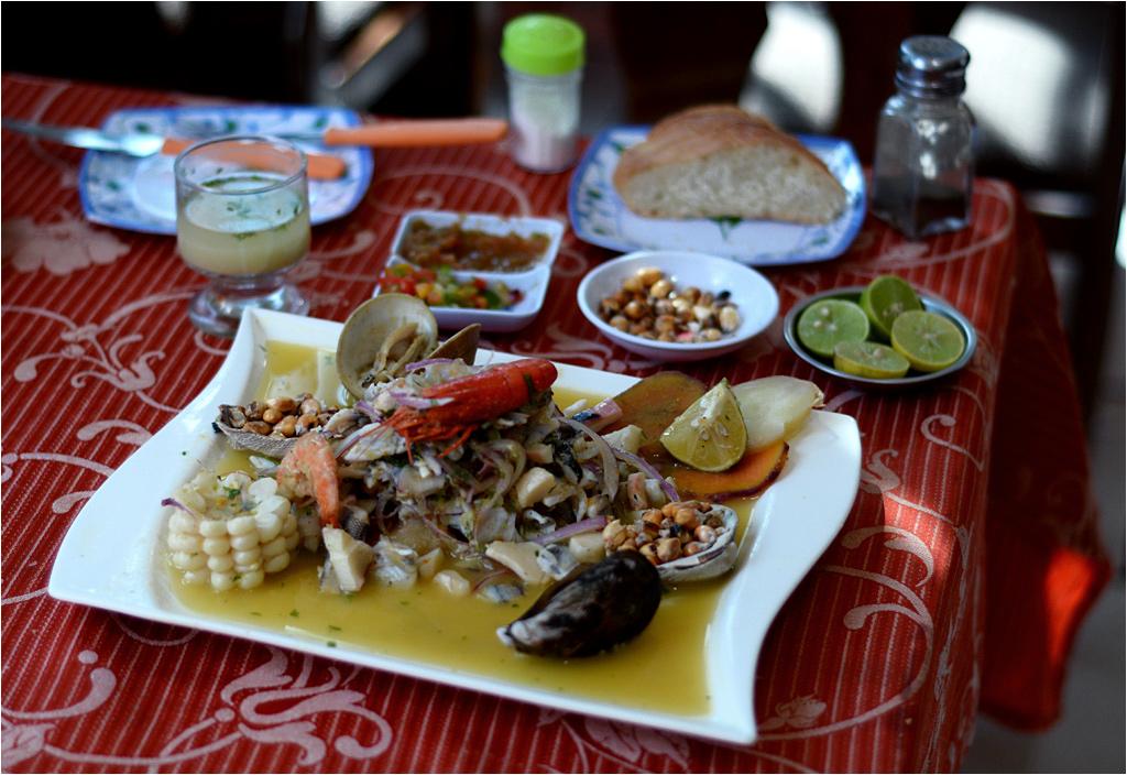 Cały zestaw ceviche - z tyłu kieliszek z leche de tigre