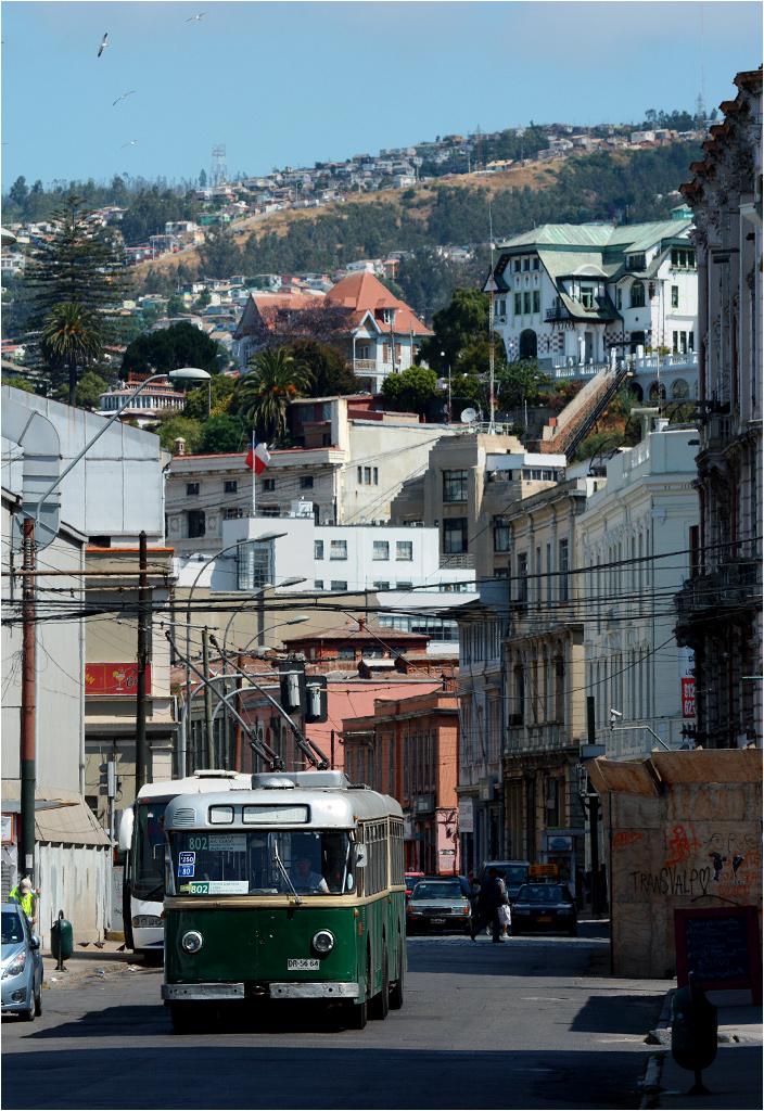 Valparaíso, rok 2014. Szwajcarski trolejbus na ulicy Blanco.
