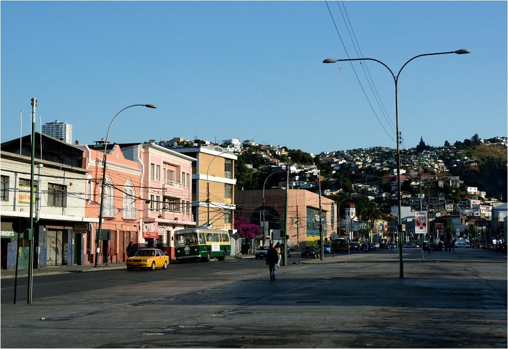 Avenida Argentina - na przestrzeni pomiędzy jezdniami odbywają się targi
