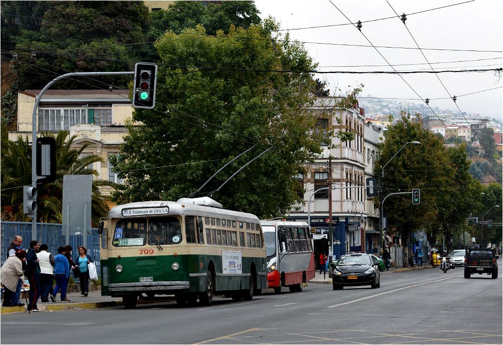 Valparaíso, 2014. Tego typu pojazdy wciąż można spotkać w Chile