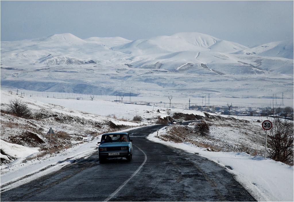 Armenia, okolice Saravan. To jedyna droga łącząca stolicę kraju z prowincjami Wajoc Dzor i Sjunik; to także jedyna trasa do Iranu i Górskiego Karabachu.