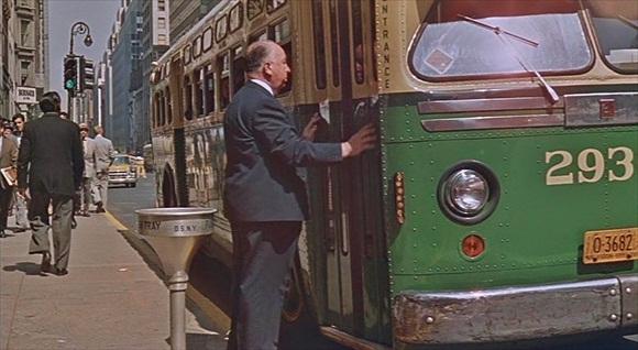 """""""North by Northwest"""" (1959) - Alfred Hitchcock odbija się od drzwi autobusu"""