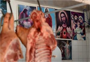 Właściciel jednego z mięsnych kramów na targu w Potosí musi być bardzo religijnym człowiekiem.