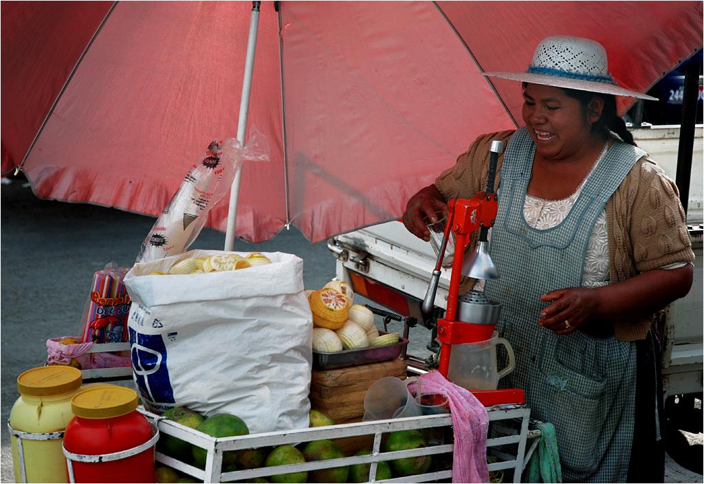 Czymś, co zawsze bardzo mnie cieszy w Boliwii, jest obecność pań sprzedających świeżo wyciskany sok z pomarańczy. Taka przyjemność kosztuje cztery boliwiany (około dwóch złotych) za kubek