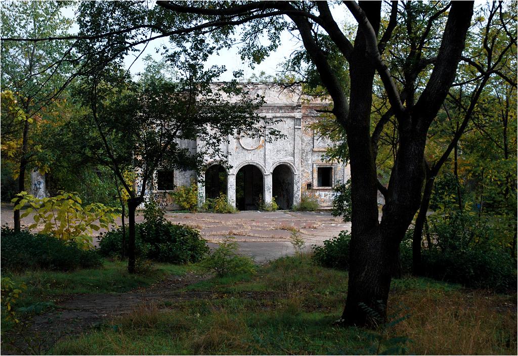 Ruiny domu kultury we wschodnim Mariupolu - dziś w tamtych dzielnicach zdecydowanie więcej jest zniszczonych budynków