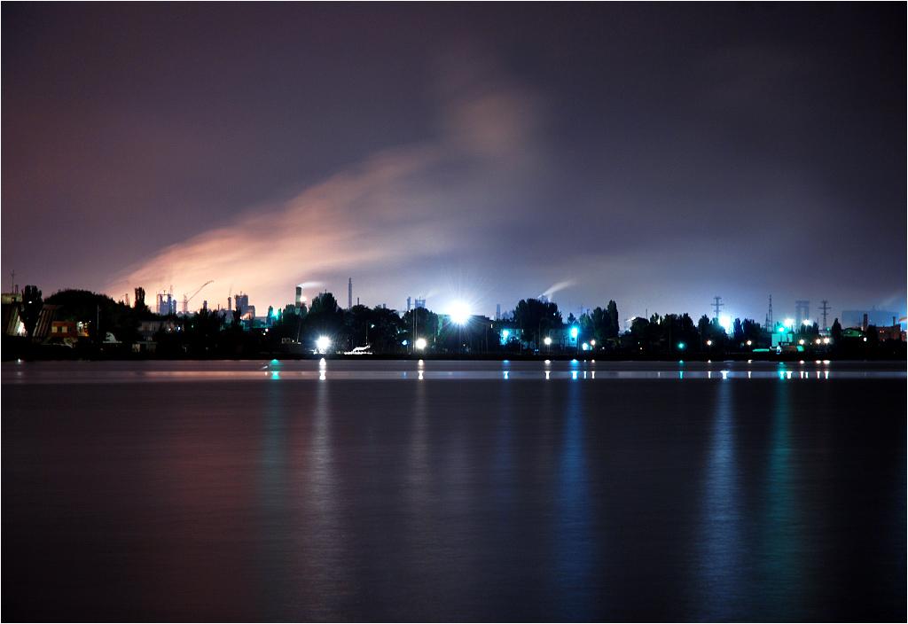 Mariupol to przemysłowe miasto pełne fabryk i kominów - na zdjęciu widok znad Morza Azowskiego