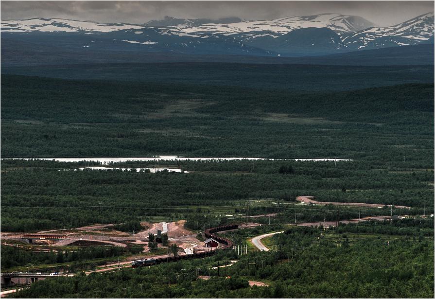 Kiruna, Szwecja. Należący do konsorcjum LKAB wielki potwór IORE zbliża się do końca podróży z siedemdziesięciowagonowym pustym składem.