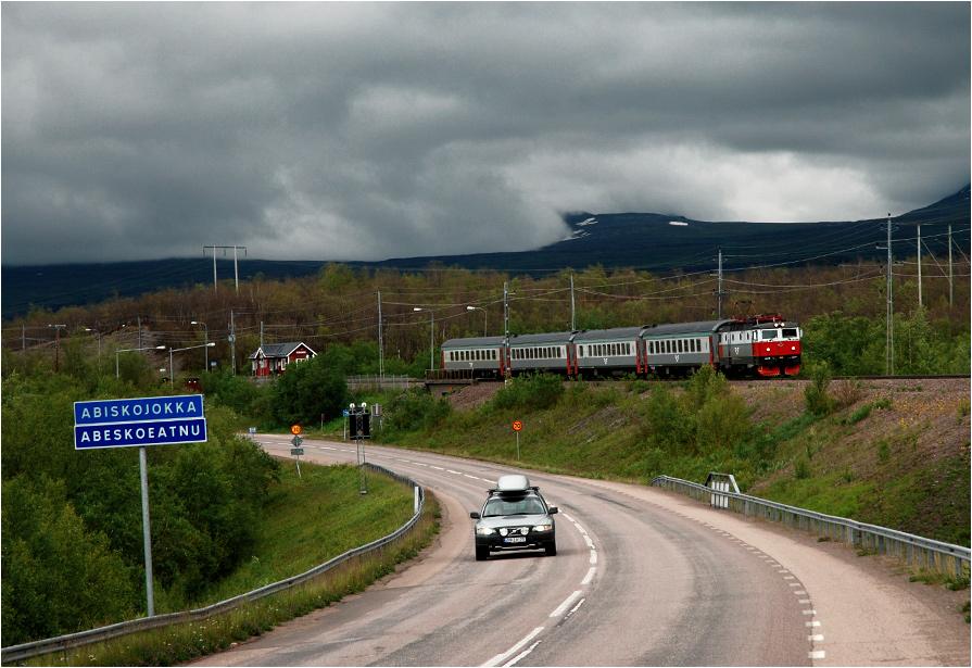 Park narodowy Abisko, Szwecja. Rc6 #1334 z pociągiem osobowym Kiruna - Narvik złapany chwilkę po odjeździe z przystanku Abisko Turiststasion.