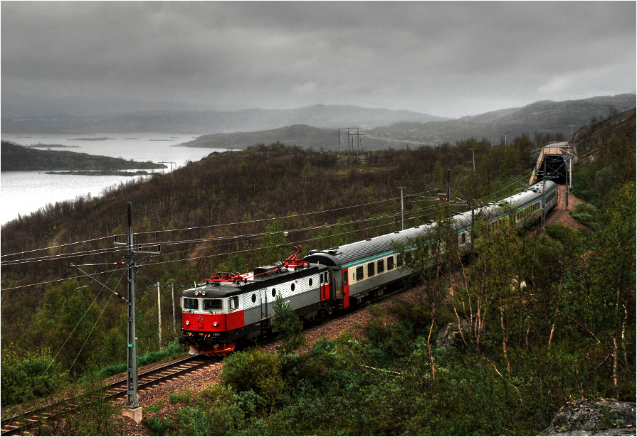 Pociąg osobowy do Narviku ze szwedzką lokomotywą Rc6 #1324 na czele złapany dokładnie na granicy pomiędzy Szwecją a Norwegią.