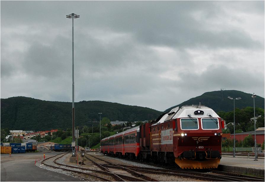 Bodø, pociąg z Trondheim właśnie skończył bieg.