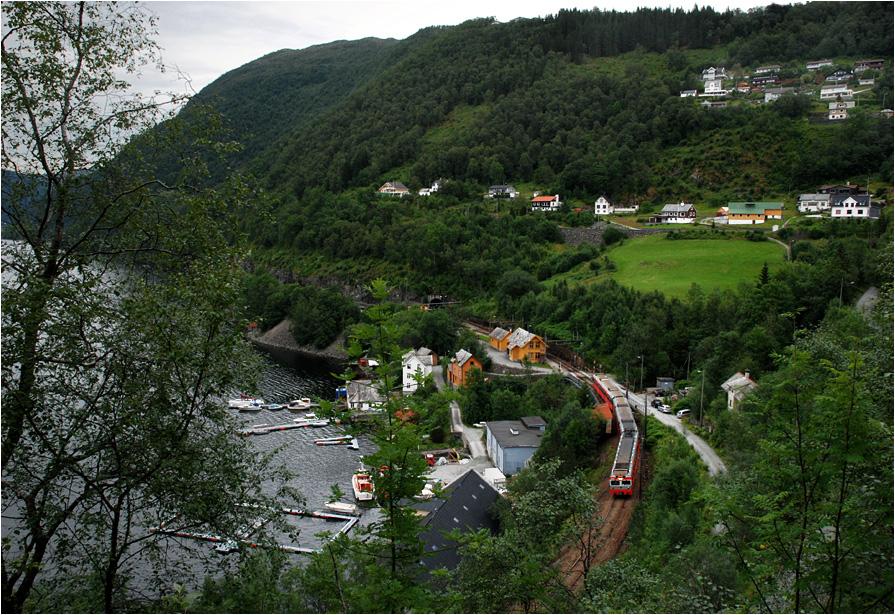 Trengereid. Pociąg osobowy z Myrdal do Bergen pokonuje ostatnie kilometry słynnej Kolei Bergeńskiej.