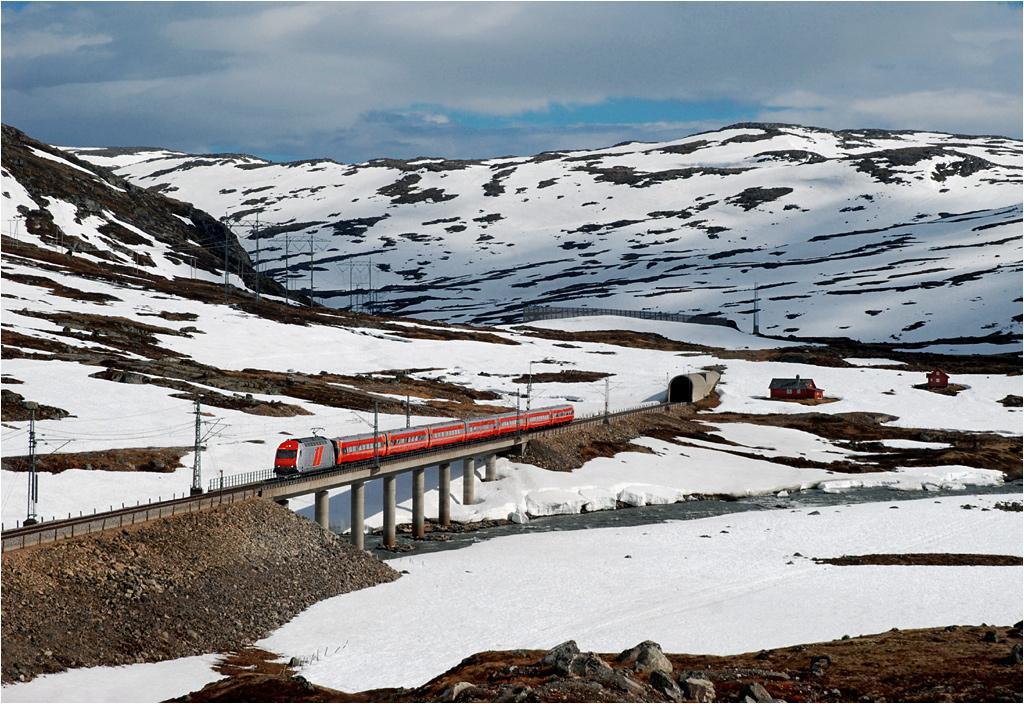 Odcinek Haugastøl-Finse. El18-2248 prowadzi pociąg do Bergen, wspomagając się na trasie licznymi tunelami i wiaduktami.
