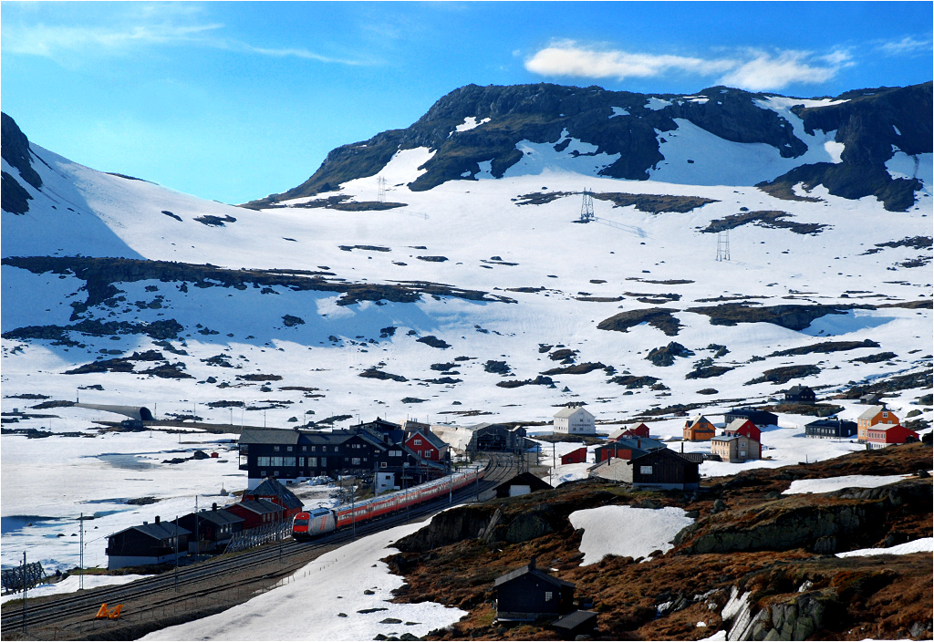 Pociąg numer 64 z Bergen do Oslo wjechał do Finse - najwyżej położonej stacji w Norwegii (1222 m n.p.m.). O tej porze roku (środek czerwca!) to zupełnie wymarła miejscowość. Nie ma się co dziwić - ilość śniegu skutecznie uniemożliwia sprawne poruszanie się między domami.