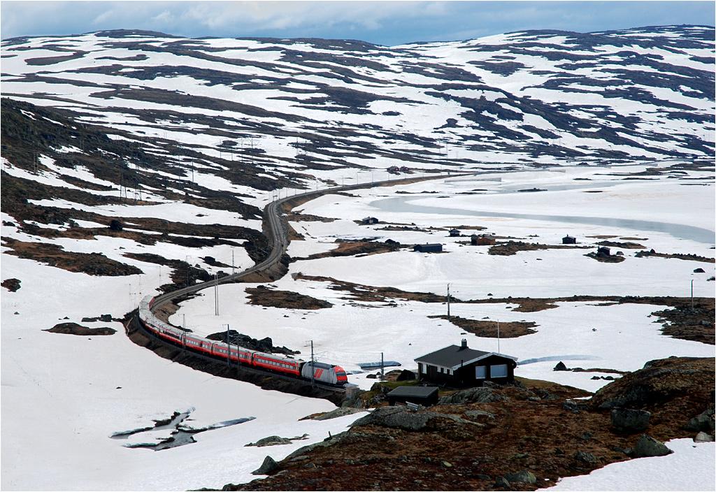 Haugastøl-Finse. Pociąg z Oslo do Bergen przemierza górski płaskowyż Hardangervidda i za parę sekund wjedzie do jednego ze 144 tuneli na trasie Kolei Bergeńskiej.