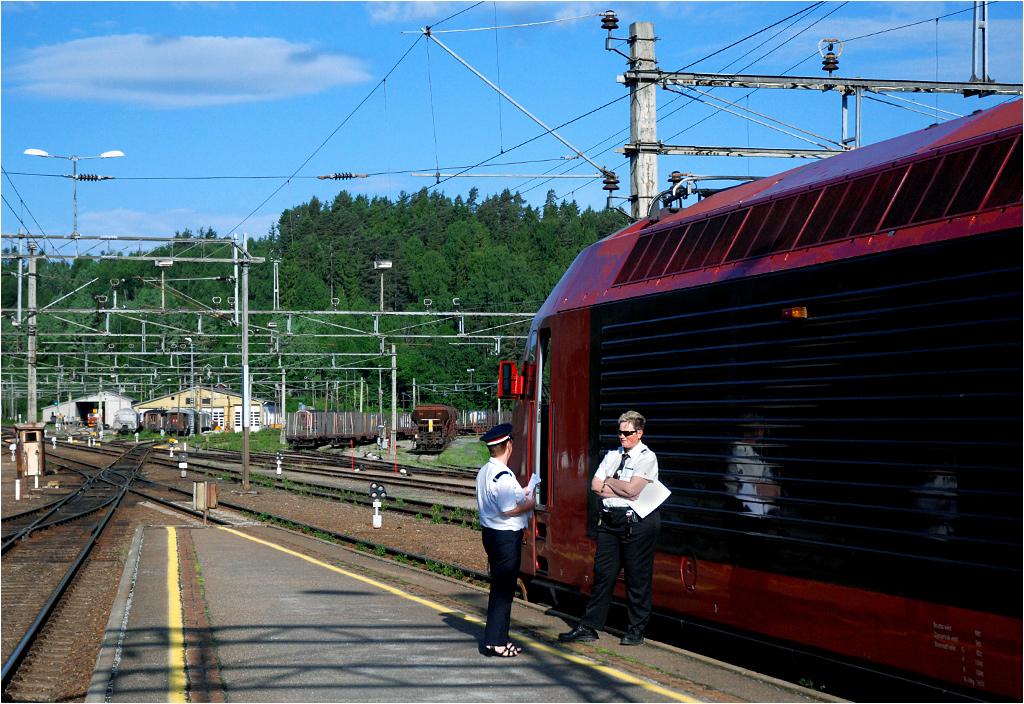 Hønefoss; maszynistka Karin podczas rozmowy z zawiadowczynią stacji.