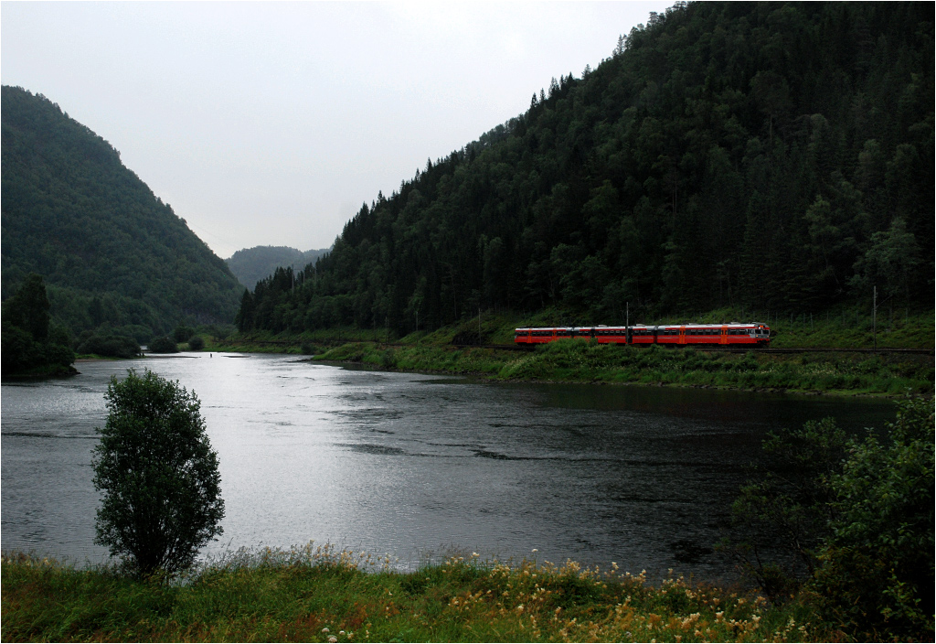 Okolice Evanger. Jednostka serii 69 pomyka do Bergen jako pociąg osobowy z Voss. Już solidnie pada, ale dopiero za chwilę rozpęta się prawdziwe piekło. Czyli dzień jak co dzień w regionie Hordaland...