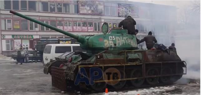 Czołg T-34-85 uruchomiony przez separatystów w mieście Antracyt w 2015r. Warto zwrócić uwagę na prowizoryczne dopancerzenie czołgu w postaci siatek na burcie czołgu. (Źródło: http://www.stacjafilipa.pl/2015/02/06/czolg-pomnik/)