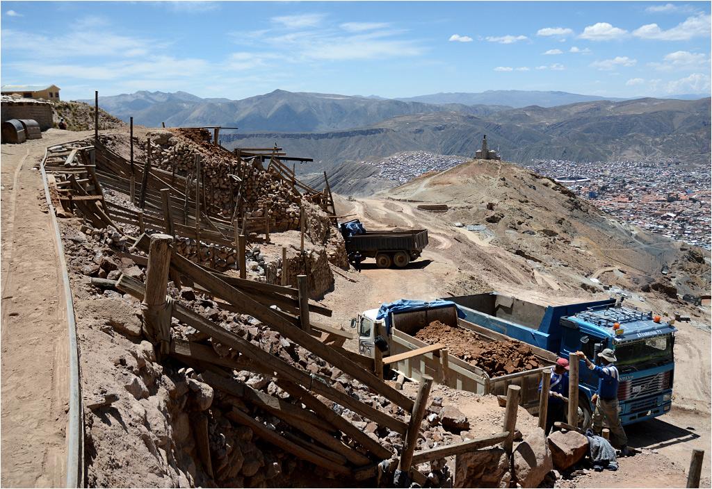 Na zewnątrz kopalni - w dole miasto Potosí