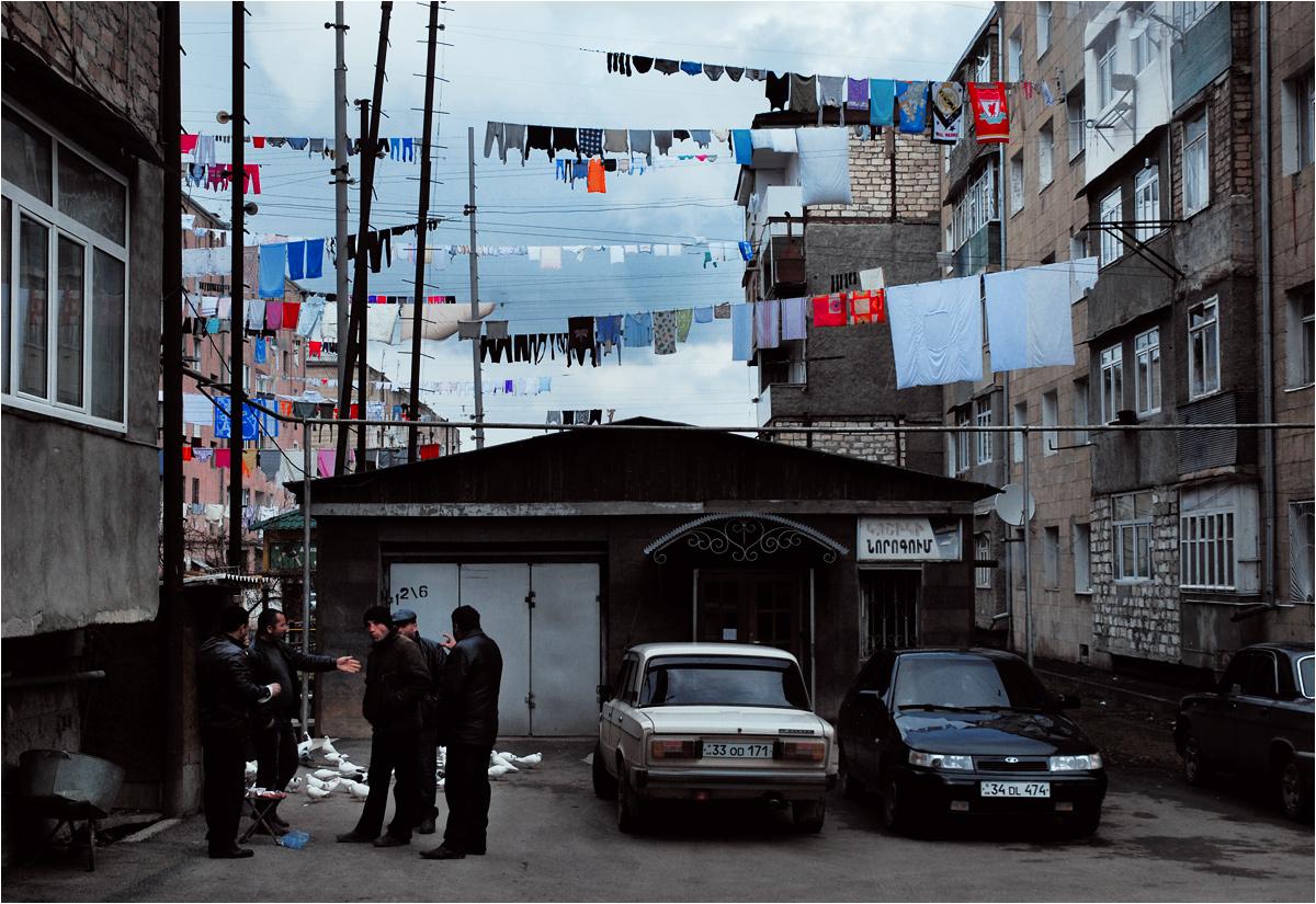 Stepanakert - kolorowy świat kobiet urozmaica szarobury świat ormiańskich mężczyzn