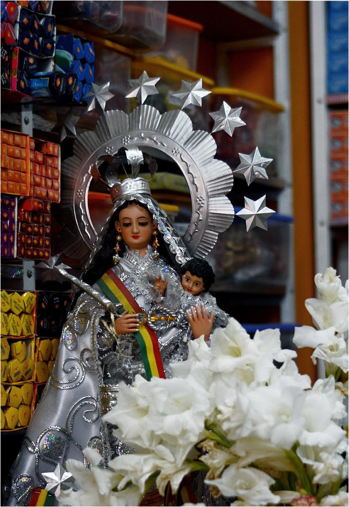 Pogański charakter sklepu nie przeszkadza właścicielce wystawić figury Matki Boskiej