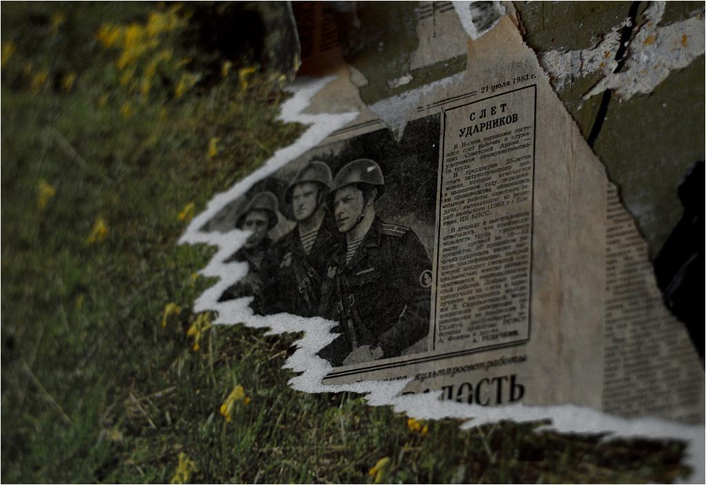 Ściany pokojów wyklejone starymi gazetami