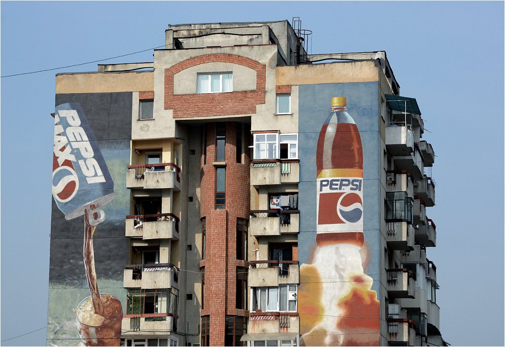 Monumentalna reklama Pepsi (znowu!) w rumuńskim miasteczku Dej