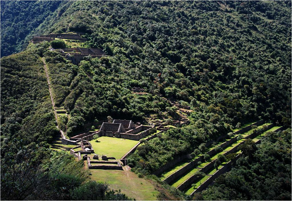 Obok miasta znajdują się inkaskie tarasy uprawne