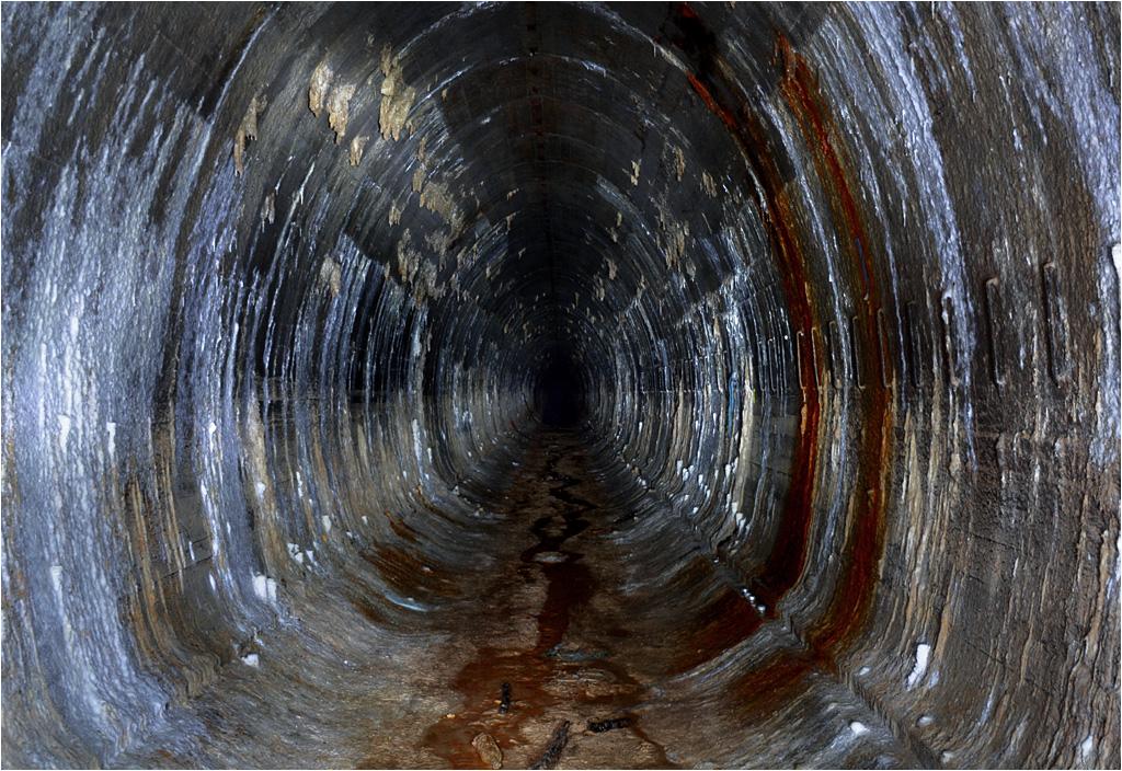 Tunel za Nordpolem - do niedawna zalany po sufit, dziś pełen narośli, osadów, tworzących się stalaktytów i stalagmitów