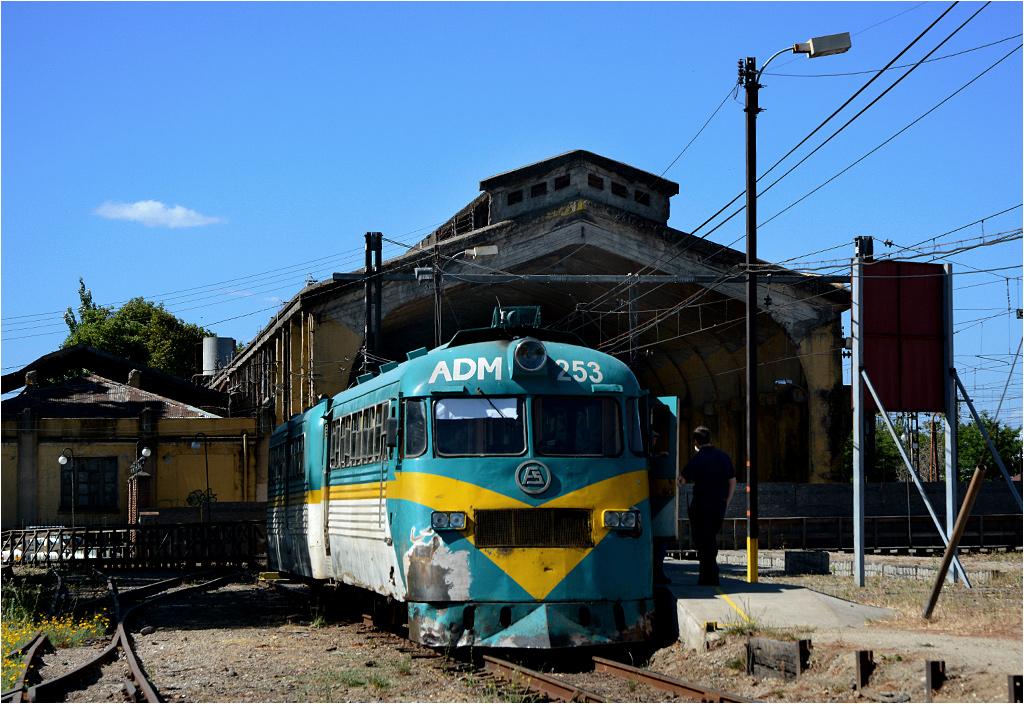 Tymczasowy peron w Talce - w tle zamknięta obecnie hala peronowa